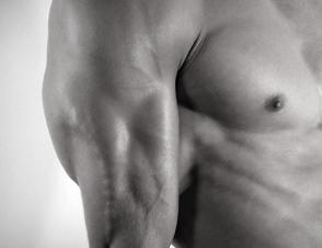 ダンベルフレンチプレスで上腕三頭筋を鍛える!正しいやり方と注意すべきポイント