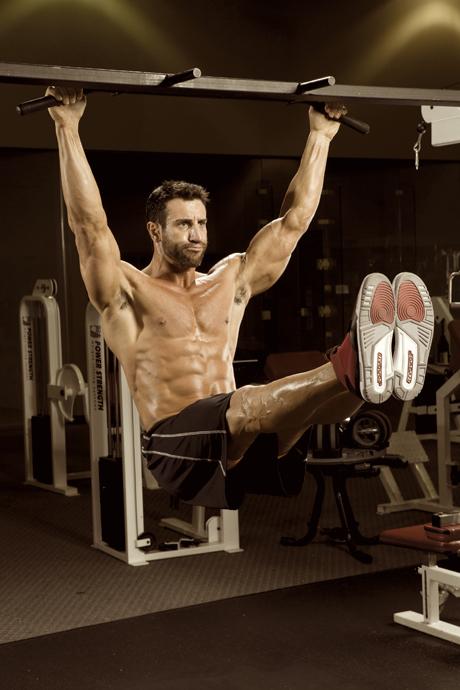 ハンギングレッグレイズで腹筋を強化!正しいやり方と注意するポイント!